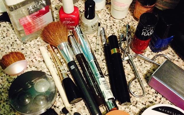 pędzle i inne kosmetyki do makijażu